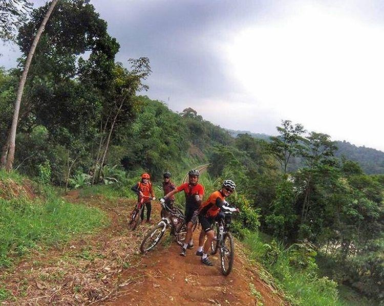 descending to railway track what a fun bike somewhere between warso farm to rancamaya Sefo  Cipelang