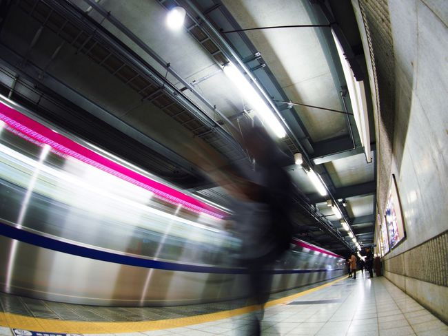 超望遠レンズとマクロレンズとオールドレンズには手を出さないという縛りを自分に課しているんだけど、表現にもう少し幅が欲しいと思う今日この頃… Blurred Motion Motion Transportation Speed Real People Rail Transportation Public Transportation Men Station Platform Station Train - Vehicle People Tokyo Street Photography Olympus OM-D E-M5 Mk.II