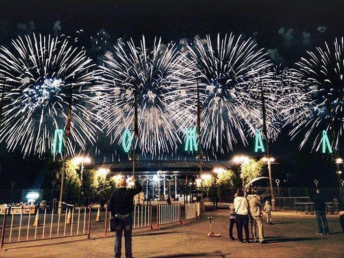 В какой-то момент кажется, что салют окутает тебя полностью. салют ДеньПобеды 9мая лужники Vscomsk Vscomoscow VSCO Vscorussia ахмесяцмай май Bestofvsco Fireworks