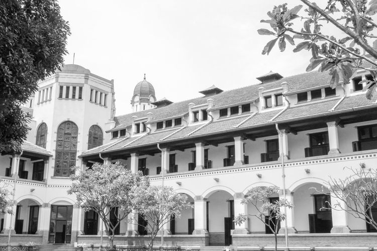 historic building lawang sewu Museum Of Natural History Java Old Building  Architecture Mode Old City Goverment  Goverment Building White Black Architectural Design Lawang Sewu Outdoor Photography Jurnialisme Semarang Old Beauty Old Buildings INDONESIA Museum Of Art Classical Style Colonial Classic Place Arch Architectural Column Sky Architecture Building Exterior Built Structure Historic Pediment Victorian Style Art Deco Passageway Façade Colonial Style Civilization Rose Window 19th Century Style Townhouse Exterior Baroque Style Neo-classical Place Of Interest Archway Colonnade Building Office Block History Palace Ornate Entryway