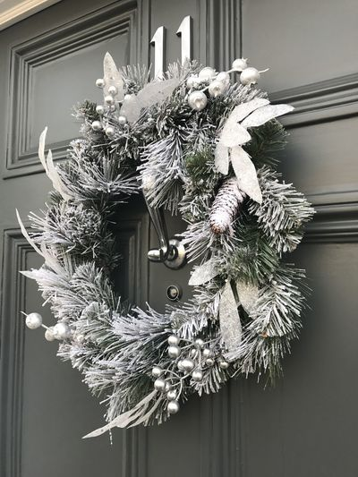 Christmas Decoration Christmas Ornament Christmastime Christmas Xmas Christmas Wreath Christmas Wreath On Door Snow Powder Snow Decoration Bow Door Details Close-up Close Up Green White Round Beauty Holiday Deckthehalls Christmas Around The World Christmas Spirit