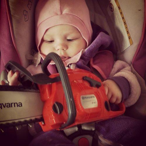 Den som god bonde skal bli, lyt tidlig lære. Familiehverdag Norgetrengerbonden Skogsarbeider Motorsag chainsaw baby outdoor landlykke detgodebondeliv child barnearbeider tidligkrøkes