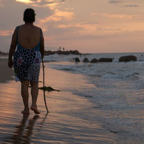 Un viejo caminar Sunset Oldlady Beach BocadeUchire vejez ig_anzoategui ig_ve igersvenezuela instamoment instapic insta_ve instagramers venezuelafotos_ Venezuela photography photoblipoint photooftheday picoftheday photofer walking