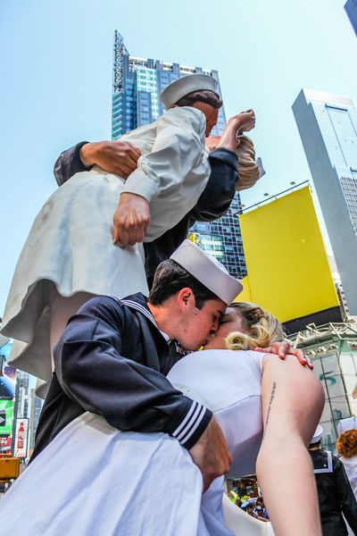 A couple re-enacts the famous VJ Day Kiss in Times Square, New York City. Alfred Eisenstaedt Amor Amore Couple Kiss Kissing Love New York New York City Nurse Sailor Times Square NYC TimesSquare Vj Day