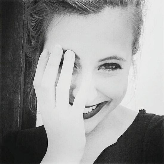 Gilrs Relaxing Hi! Smile ✌ Hand Small Hands Black And White Pretty Hello World Love ♥