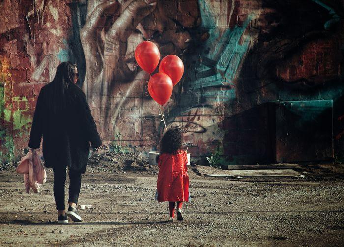 Niklas Storm Okt 2018 Graffiti Painting Full Length Balloon Child Hot Air Balloon Red Helium Balloon Girls Women Men Children Single Parent Preschooler Walking Helium Street Scene My Best Photo International Women's Day 2019 Moms & Dads Streetwise Photography The Art Of Street Photography
