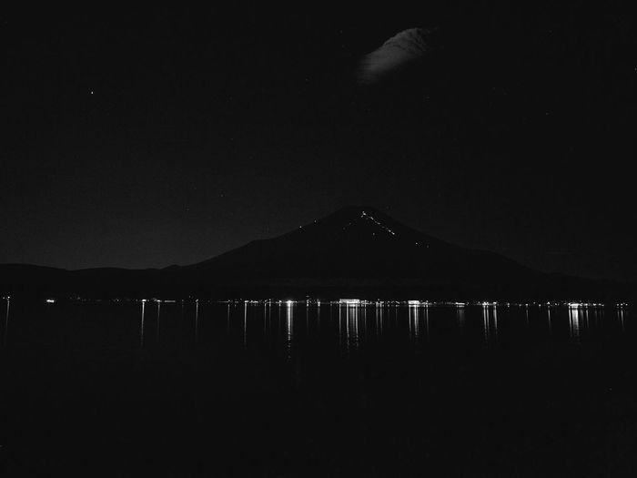 2018.08.26 #富士山 #山中湖 フィルター機能をを使いました。インスタと違いがあまり出なかったので、モノクロにしました。 夜景 山中湖 富士山 Sky Water Night Mountain No People Silhouette Illuminated 山中湖 富士山 Sky Water Night Mountain No People Silhouette Illuminated