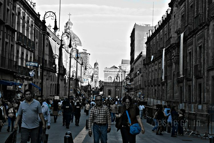 Streetphotography Streetphoto_bw Street Street Life Leslie_Gr_In Edificio Personas People Cdmx Black & White Centrohistoricodf Calle Mexico City