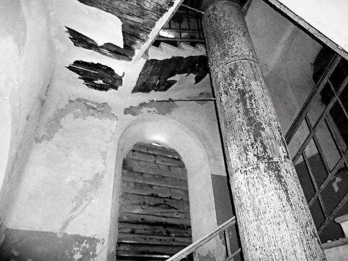 Blackandwhite Light In The Darkness Darkness Old Hospital Abandoned Abandoned Places Abandoned Buildings Abandoned Hospital Verlassene Orte Verlassene Klinik Schwarzweiß Schweiz Treppenhaus Treppen Stairs Dunkel Taschenlampe