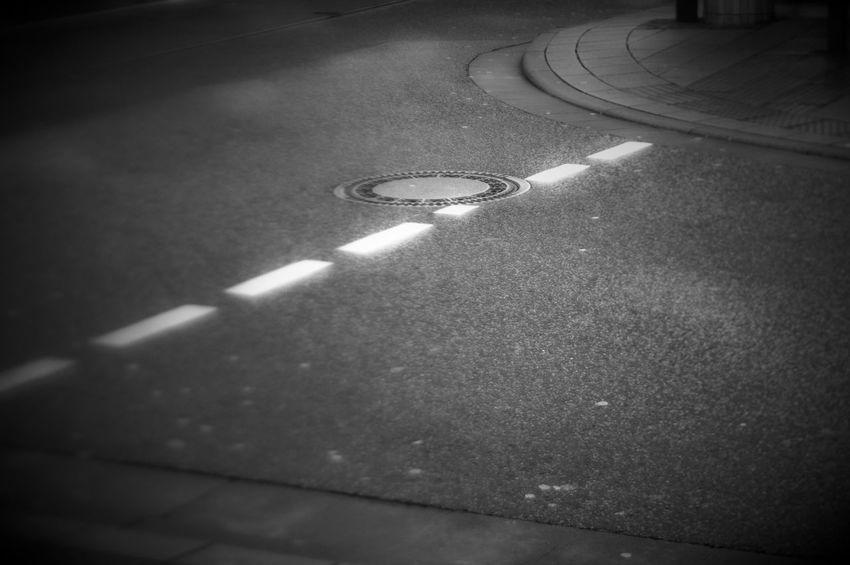 einfach Straße Absence Asphalt Asphalt Street Gutter Manhole  Manhole Cover Monochrome Road Marking Selective Focus Street Tilt
