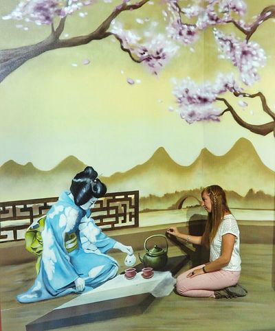 The optical illusion of the week Geisha Optical Illusions Optical Illusion Painting Art Painting Wall Art Work Tea Tea Time InFusion Japonese Tatami ArtWork Creativity Optical Effect Have A Nice Weekend Telling Stories Differently Female Community Always Be Cozy Art Is Everywhere