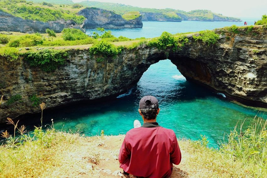 Nikmati waktu santai Rear View Beauty In Nature Nature Water One Person Only Men One Man Only Day Adults Only Sea Scenics Outdoors People Adult Men Landscape Swimming Sky
