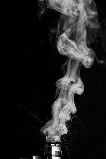 selbstwickel Verdampfer Cloud Cloud Chasing Dampf Dampfen Metall VapeLife Vaping Black Background Close Up Close-up Coil Draht Heiß Lifestyles Metallic Ohne Person Rauchlos Schwarz Weiß Selbstwickler Vape Vapeporn Vapers