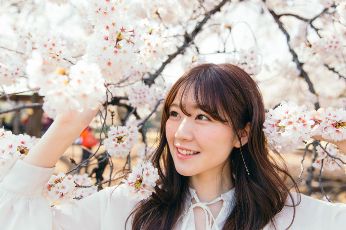 Photography plan with Japanese stranger. Japan Sakura Tokyo Beautiful Woman Beauty Beauty In Nature Beauty In Nature Cherry Blossom Cherry Tree Flowering Plant Nature Outdoors Portrait Sakura Blossom Smiling The Portraitist - 2018 EyeEm Awards EyeEmNewHere