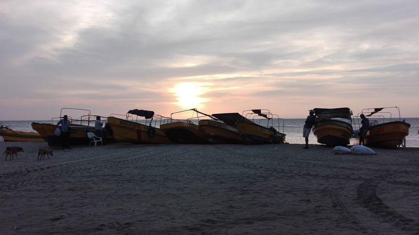 En el mar, la vida es mas sabrosa Sunset Photography Beachphotography Beach Life Boats