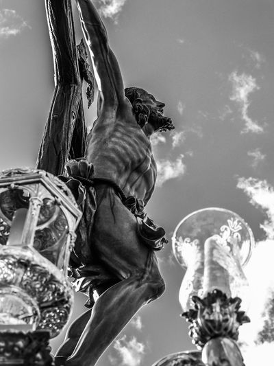 El Cachorro en el Altozano de Triana. Sevilla. Andalucía. Fotocallejera Street Photography Semanasanta Streetphotography Sevilla Semana Santa Seville Andalusia Andalucía Blackandwite Blancoynegro Blackandwhite Monochrome