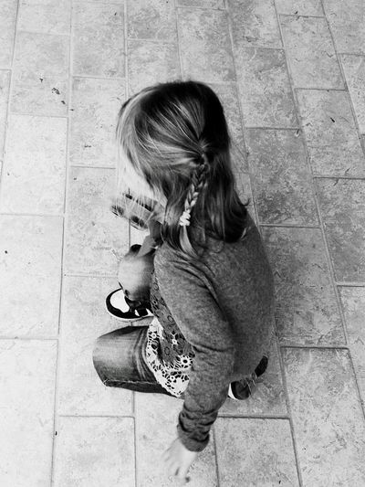 Hermoso❤ Biancoenero Biancoynero Pequeña Bimba Playing Catching The Moment Girl Cute Girl Instanice Taking Photos Blackandwhite Photography Black&white Playing Beautiful Day Beautiful Girl Photooftheday Childhood One Person Real People Full Length Girls High Angle View Casual Clothing Day People Lifestyles Cute Child Blond Hair