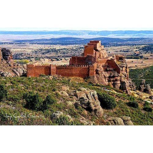 El Castillo de Peracense , pertenece a la provincia de Teruel es uno de los más bonitos que he visitado y poco conocido. El entorno que lo rodea aun le da más fuerza, es como si estuvieras en otro planeta. Si tenéis oportunidad no dudéis en visitarlo. Chumbea Landscape Paisaje Descubriendoigers Aragón Castle Naturaleza_aragon Total_aragon Total_architecture SPAIN Architecturelovers Arquitecture Spain_beautiful_landscapes Be_one_spain Be_one_architecture Architecturephotography Primerolacomunidad Clickcat Shotsofspain Photo Edificios Historic lovecastle europe turismo beatiful fotomovil_es