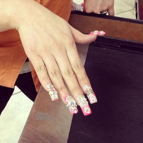 """She was reluctant to let me take this picture because """"my nail doesn't want people taking pictures of it and copying her designs"""" Speechless Befareal Mexicangirlproblems Chuntaritos  issheserious"""