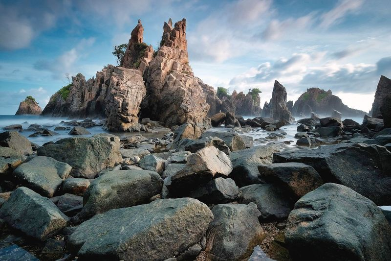 Karang gigi hiu Sky Rock Solid Nature Cloud - Sky Rock - Object No People Land Stack Tranquil Scene Water Outdoors Stone - Object Beauty In Nature Sunlight Tranquility Day Scenics - Nature Beach