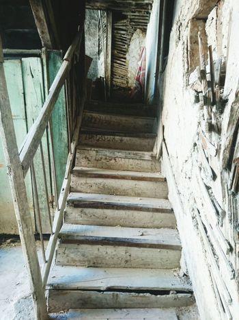 Stairs Oldstairs Ağır ağır çıkacaksın bu merdivenlerden, eteklerinde güneş rengi bir yığın yaprak, ve bir zaman bakacaksın semaya ağlayarak . AhmetHaşim Diriozanlarderneği Siirheryerde şiirherzaman Siirduvarda Siirsokakta şiiryolda No People Beauty In Nature Lieblingsteil No People EyeemTeam EyeEm Nature Old
