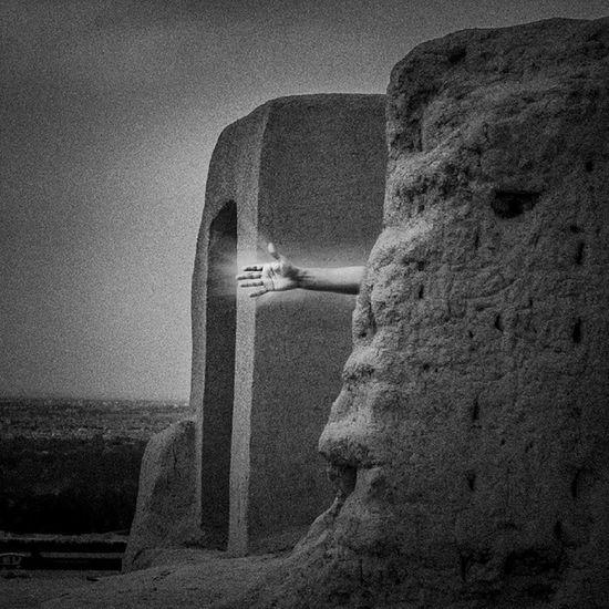 . امشب در يك خواب عجيب رو به سمت كلمات باز خواهد شد. باد چيزي خواهد گفت. سيب خواهد افتاد، روي اوصاف زمين خواهد غلتيد، تا حضور وطن غايب شب خواهد رفت. سقف يك وهم فرو خواهد ريخت. چشم هوش محزون نباتي را خواهد ديد. پيچكي دور تماشاي خدا خواهد پيچيد. راز ، سر خواهد رفت. ريشه زهد زمان خواهد پوسيد. سر راه ظلمات لبه صحبت آب برق خواهد زد ، باطن آينه خواهد فهميد. امشب ساقه معني را وزش دوست تكان خواهد داد، بهت پرپر خواهد شد. ته شب ، يك حشره قسمت خرم تنهايي را تجربه خواهد كرد. داخل واژه صبح صبح خواهد شد. سهراب سپهری Harfeaks Pic_poem Pixiran Insiran1
