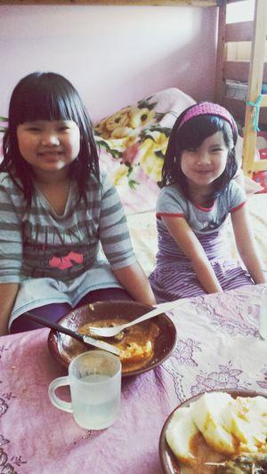 """2 bé xinh đẹp den nhà mình chơi cơ :""""> Lovely Em Be Xinh Chua Awww *--* So Cute!!"""