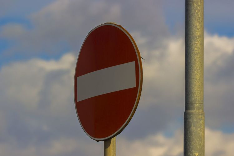 ci teniamo compagnia Forbidden Geometric Shape Warning Sign Close-up Circle Day Communication No People Do Not Enter Sign Cloud - Sky Sign Sky Road Shape Road Sign Red Focus On Foreground Nature Pole Outdoors