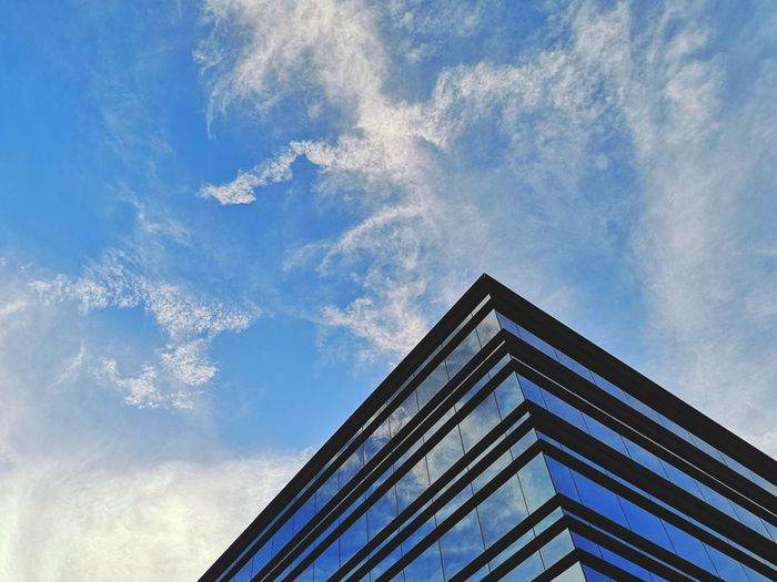 Building or painting? Eyemphotography EyeEm Gallery City Street Streetphotography Madrid Sky Clouds Clouds And Sky Evening Corner Blue City Sky Architecture Built Structure Building Exterior Cloud - Sky