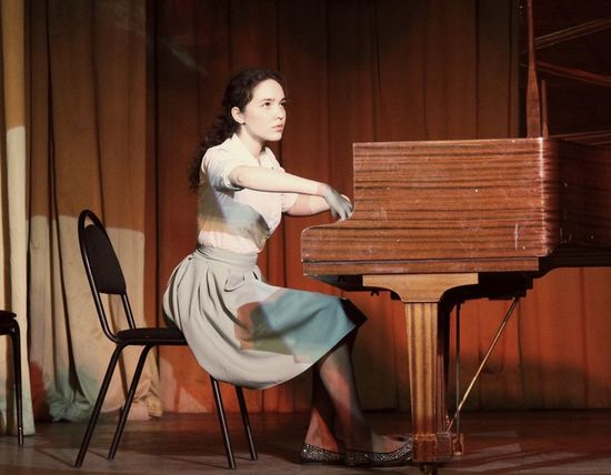 Piano Sitting Elégance Music Arts Culture And Entertainment Musician Pianist Education People Women One Woman Only Only Women Adults Only One Person Old-fashioned Chair Beautiful Woman BeautyMusic Performance Classical Music Concert Hall  Shopin Auditorium Concert Hall