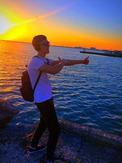 танцуй мир прекрасен!!)) парни Model мирмоимиглазами мир Сочи Море модель Ermola1996 закат🌇 Закат природароссии небо Природа Sunset Sea Water One Person Fishing Nature Multi Colored Sky