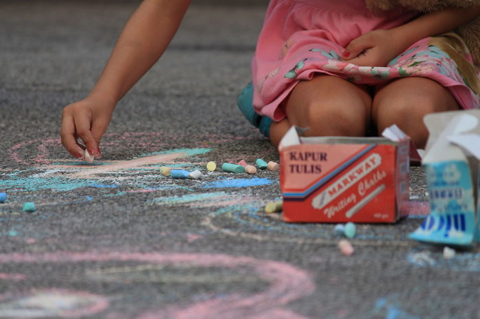 Street Painting OccupyBeachStreet Streetphotography Penang Georgetownpenang XmasEve2017 Streetparty ChristmasEve2017 Christmasparty Street Performance OBSrun2017 Streetperformance Street Painting OBSpenang Obs SnowFallExperience Adult Multi Colored One Woman Only Human Hand Close-up Outdoors Child Day