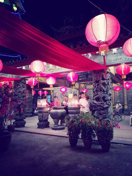 Night Celebration Illuminated Chinese New Year Chinese Lantern Chinese Lantern Festival Lanterns New Year's Eve People Outdoors Temple Lunar New Year Lunarnewyear Year Of The Rooster Happy Chinese New Year Happy Lunar New Year Gong Xi Fa Cai Gongxifacai  Gong Xi Fa Cai! Event Prayer Prayers Traditional Traditional Festival Kung Hei Fat Choi