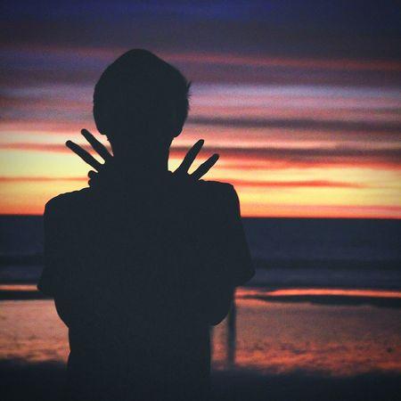 Senja selalu mengajarkan kita untuk pulang, tak peduli betapa jauh kita terbang. Senja juga mengajarkan kita ikhlas, ketika harus pergi karena datang sang malam. Senja pun mengajarkan kita hidup memberi makna, meski hadir hanya sejenak Senja  Pantai Kuta (Kuta Beach) Bali INDONESIA Aku Kamu Menjadisatu Sunset Music Silhouette Men Musician Sky Cloud - Sky First Eyeem Photo