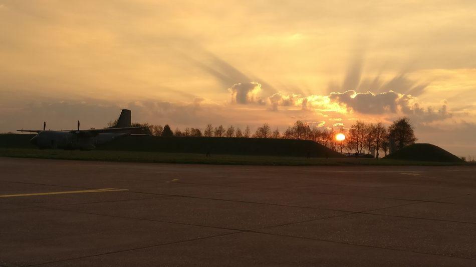 Le monde appartient à ceux qui se lèvent tôt! Sunset Outdoors Sun Armeedelair Transall C160 Avion Aeroport Frenchairforce Plane Airport Aircraft Sky Airplane Love My Job Love My Life ❤