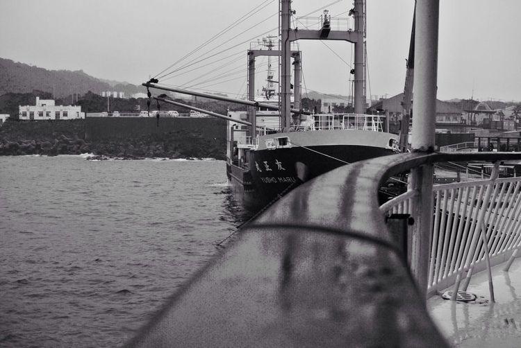 八丈島 貨物船 Monochrome モノクロ