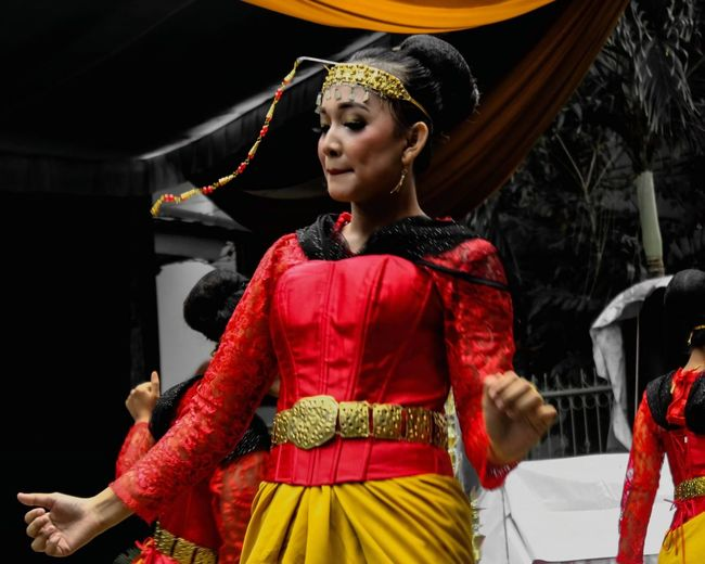 Traditional indonesian dance and clothing