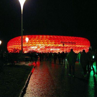 The Allianz Arena shines in FC Bayern read. #FCBayern #FCB #CL #PackMas #MiaSanMia FCB CL Fcbayern Miasanmia Packmas