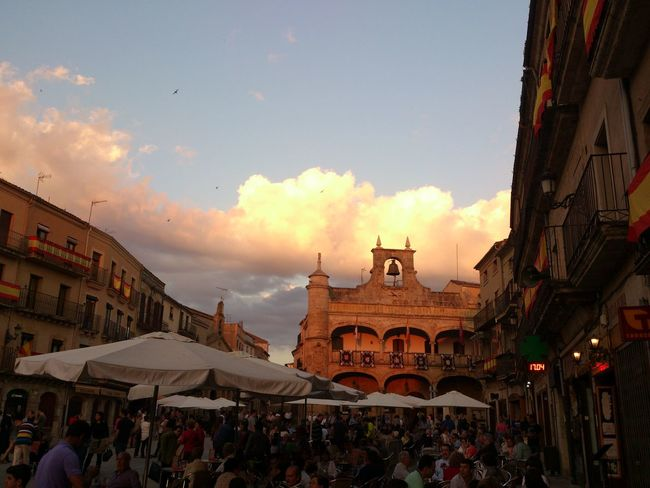Mucha gente en Semana Santa Architecture Sky And Clouds Relaxing Streamzoofamily