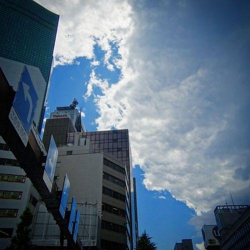 黒い雲が忍び寄ってきており…