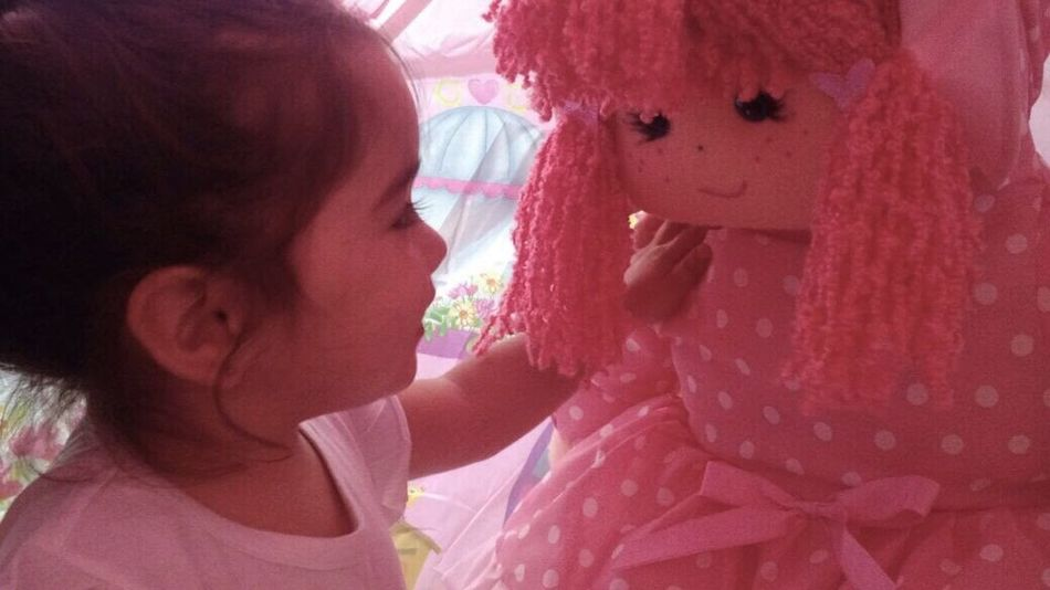 Niña y muñeca Child Childhood Real People Girls Females Women One Person