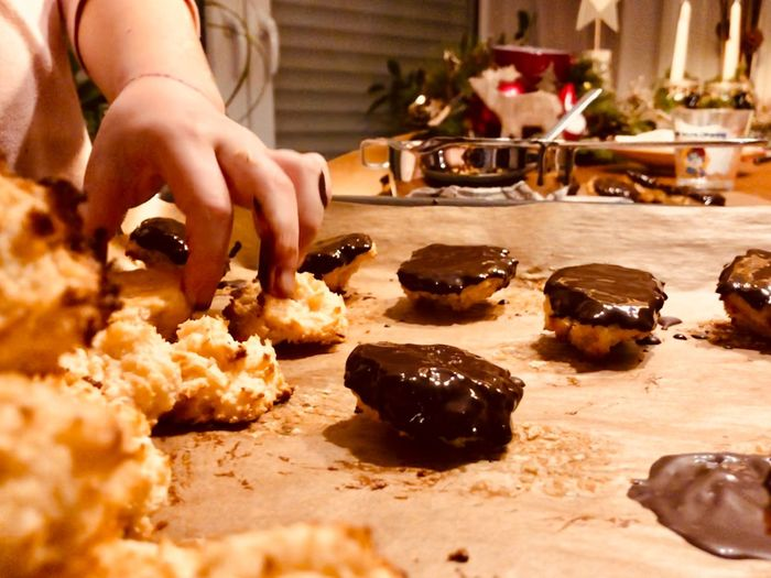 Kekse backen Weihnachten Kids Cooking Kekse Backen Kekse Christmastime Food Food And Drink Hand One Person Human Hand Real People Human Body Part Kitchen Preparing Food