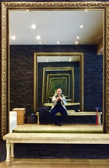Зеркала One Person Indoors  Full Length Mirror Real People Lifestyles Adult Luxury Young Adult Built Structure Living Room Furniture Gold Colored