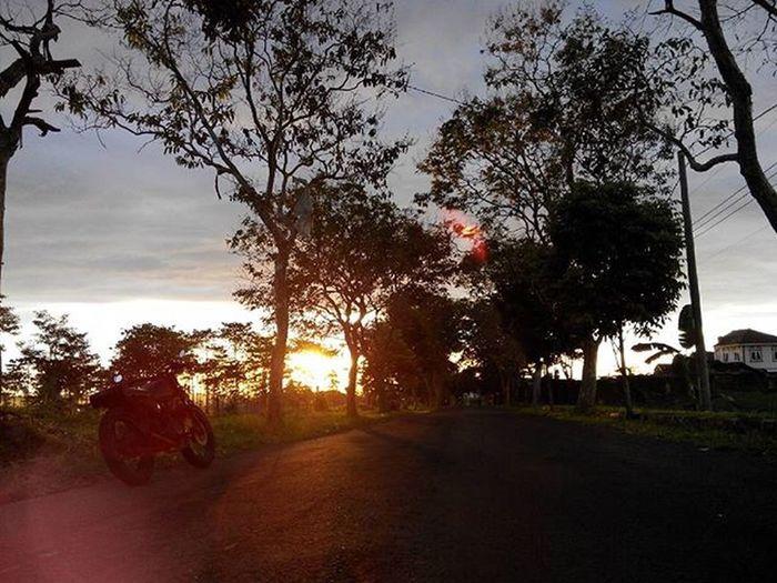 selamat Pagi dari Linggarjati Monumenpersaudaraan Kuninganjabar Cirebon  bersama Besitua CB100 Lenovotography Pocketphotography Photooftheday Nature Sunrise Lzybstrd Photostory Classicbike Onroad