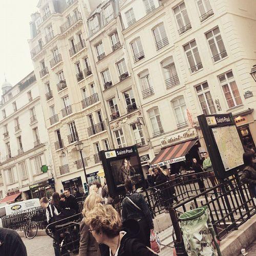 Grymt ställe, kommer inte ihåg var vi var men det fanns mängder med småkakor och roliga butiker Shopping Paris Vetintevarjag är