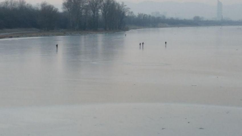 Donauinsel Eislaufende Leute Winter Sport Snowsports Snow Covered Frozen Water Frozen River Frozen Frozen Lake Ice Cold Temperature Iceskateing
