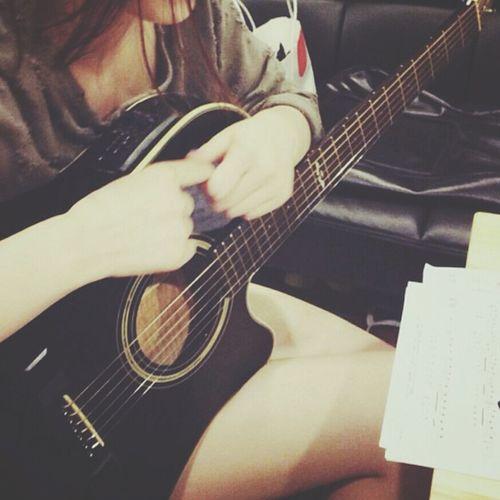 간만에 기타 레슨.. 간만이라 손가락에 쥐가난다..^^;; Hobby Guitar Take Eoyeol. おもしろい
