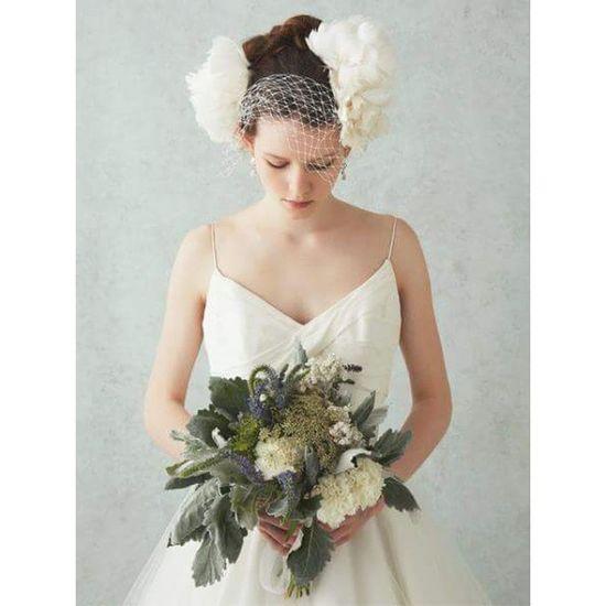 シンプルなドレスに、ナチュラルな印象で且つ個性的なブーケをアレンジしたクリオマリアージュのカタログの人気ものの表紙写真♫ もう直ぐ刷新の時期なので。。。あれやこれやと考え中です。。。 ウェディングドレス Cliomariage Weddingdress Dress ドレス カラードレス クリオマリアージュ ガーデンウエディング Wedding ウェディング 結婚 結婚式 結婚式準備 タキシード Accessory アクセサリー ヘッドドレス ギフト ブライダル Fashion ファッション ナチュラル プロポーズ 東京 渋谷 japan婚纱撮影前撮りプレ花嫁