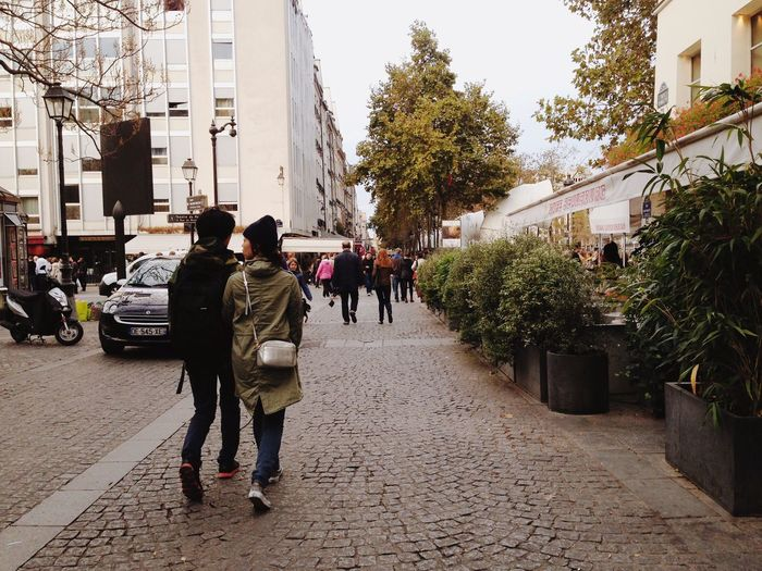 Live Love Shop Paris Shop Street Photography Shopping ♡ People Street Couple Two Is Better Than One Embrace Urban Life מייסטריט מייפריס Adapted To The City The Street Photographer - 2017 EyeEm Awards