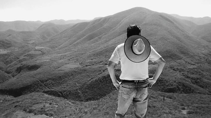 sierra madre occidental - Oaxaca, México. Black And White Friday One Man Only Only Men One Person Adult Casual Clothing Mountain Adults Only Men People Front View Nature Landscape Day Portrait Mountain Range Sierra Madre Oaxaca Oaxaca México  Hierve El Agua Mexico Travel Viajero Perspectives On People Step It Up